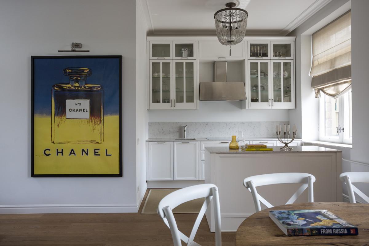 Кухня/столовая в  цветах:   Бежевый, Светло-серый, Темно-коричневый, Фиолетовый.  Кухня/столовая в  стиле:   Минимализм.