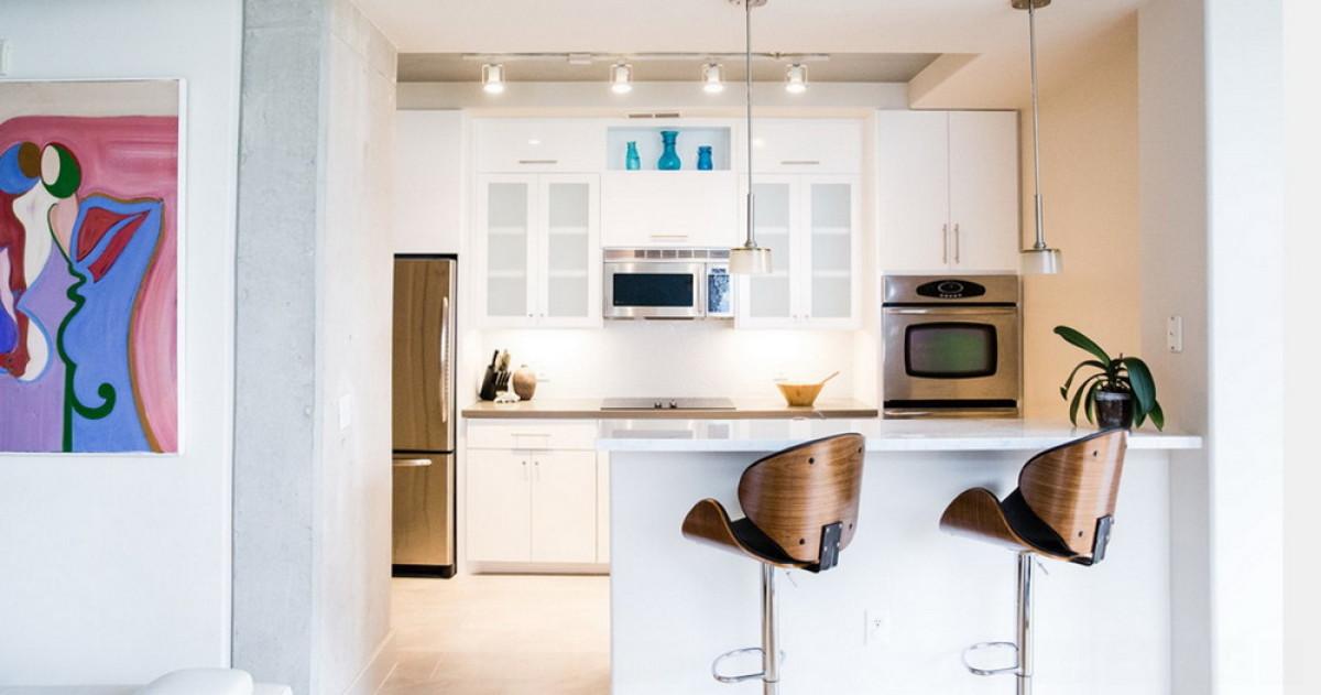 Нужна ли барная стойка на маленькой кухне и как её обустроить