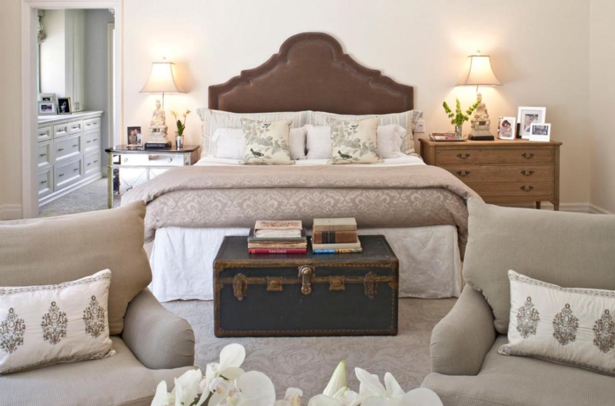 Спальня в цветах: белый, темно-коричневый, коричневый. Спальня в стиле неоклассика.
