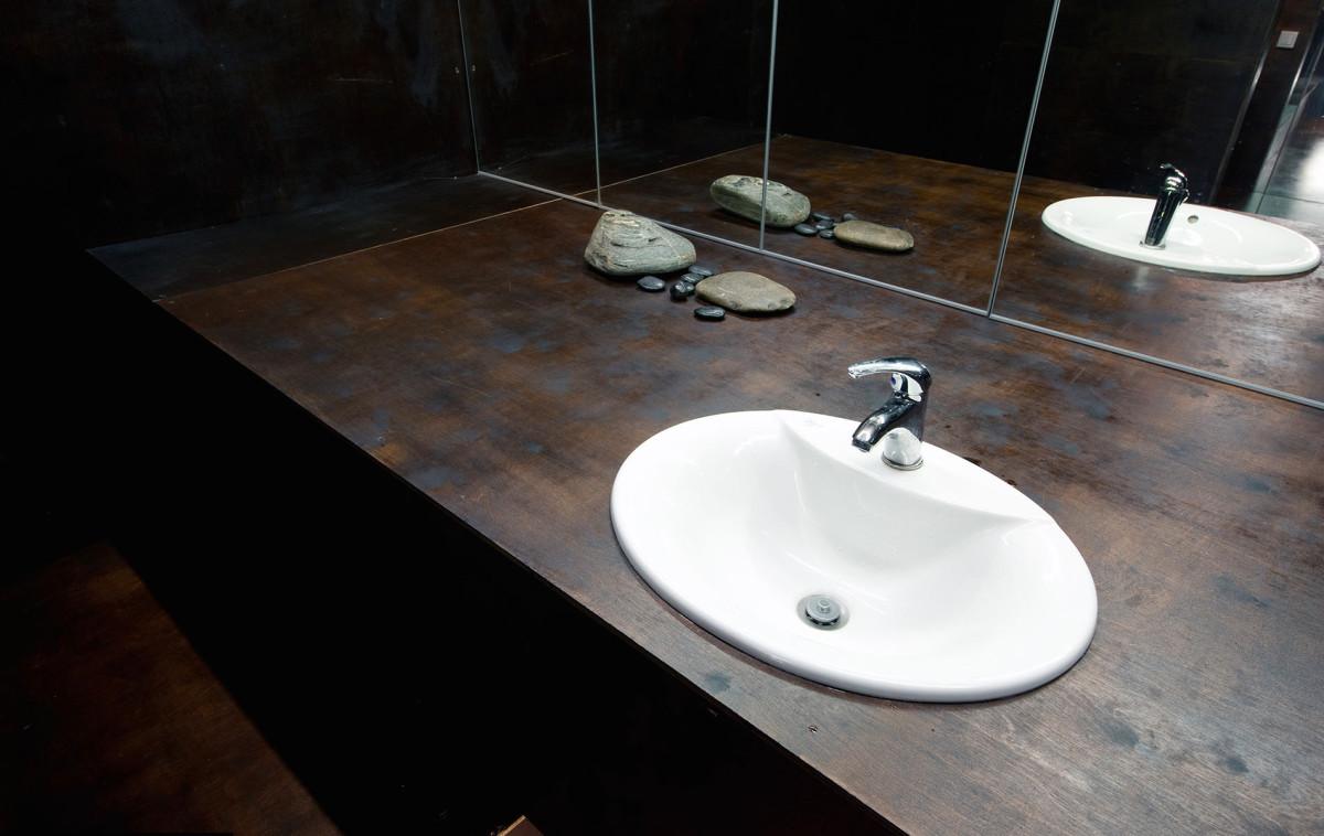 Декор в цветах: белый, темно-коричневый, коричневый. Декор в стилях: минимализм, экологический стиль.