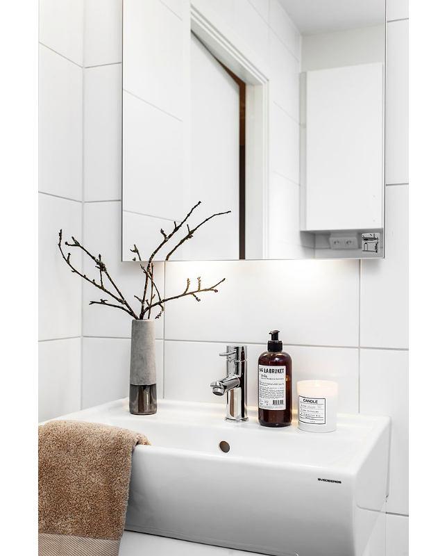 Ванная в цветах: черный, серый, светло-серый, коричневый. Ванная в стиле скандинавский стиль.