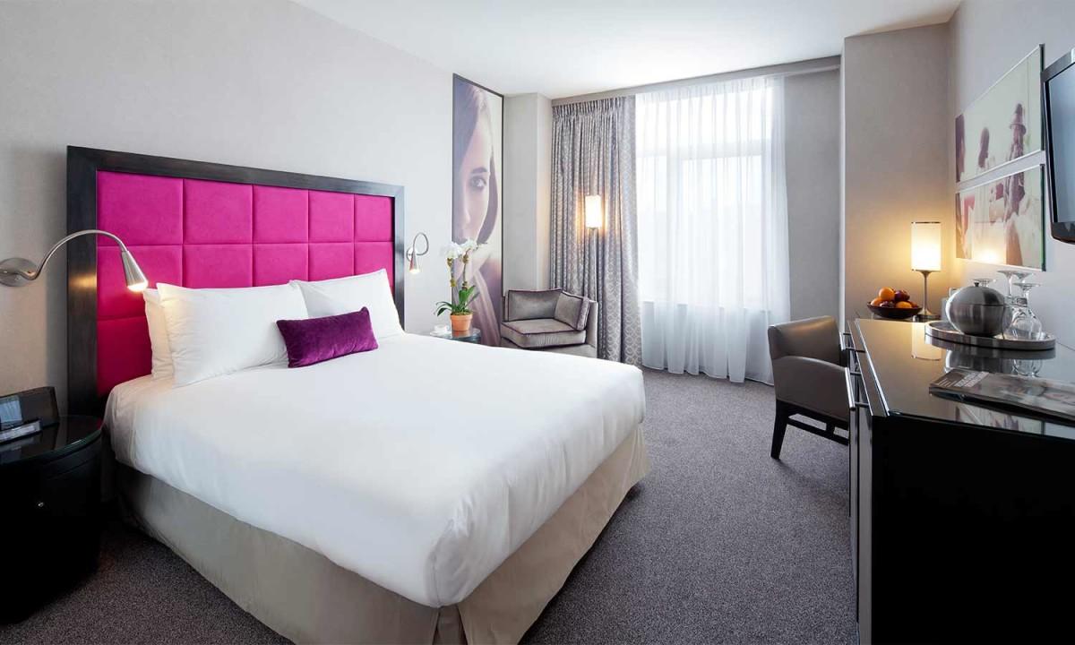 Мебель и предметы интерьера в цветах: черный, серый, белый, розовый. Мебель и предметы интерьера в стиле арт-деко.