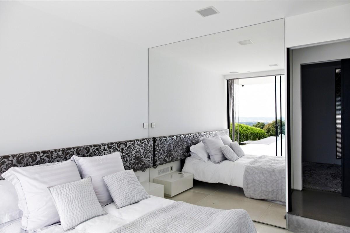 Спальня в цветах: черный, серый, белый, бежевый. Спальня в стиле хай-тек.