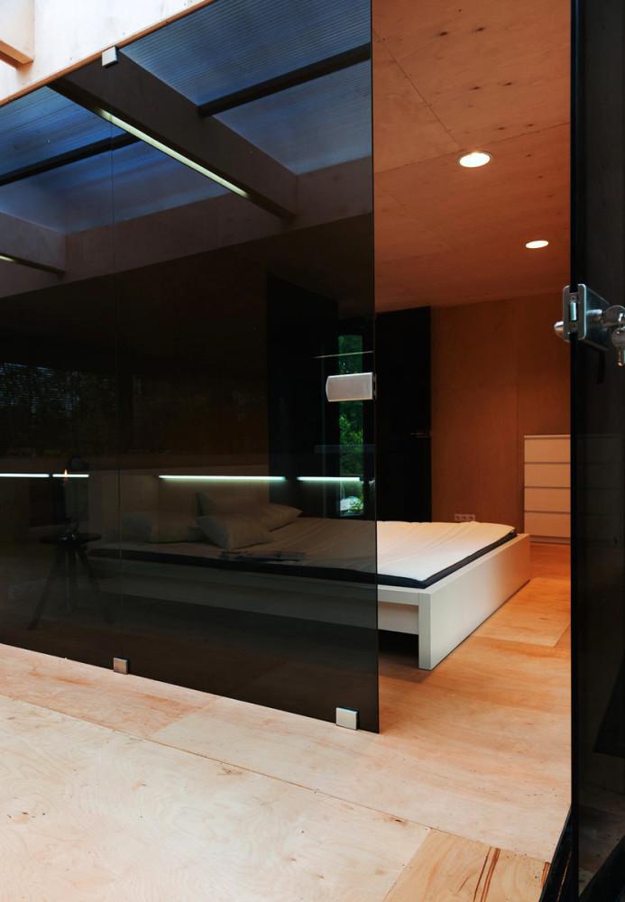 Мебель и предметы интерьера в цветах: черный, коричневый, бежевый. Мебель и предметы интерьера в стилях: минимализм, экологический стиль.