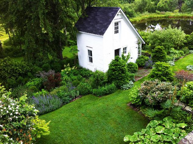 Архитектура в цветах: черный, белый, темно-зеленый. Архитектура в стиле минимализм.
