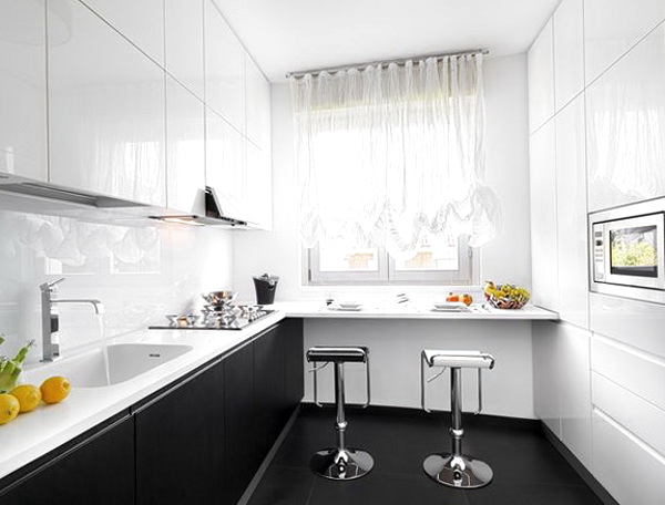 Стол около окна на кухне