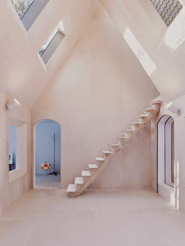 Лестница в цветах: голубой, серый, коричневый, бежевый. Лестница в стиле минимализм.