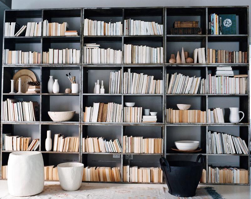 Мебель и предметы интерьера в цветах: желтый, черный, серый, светло-серый, белый. Мебель и предметы интерьера в стиле арт-деко.
