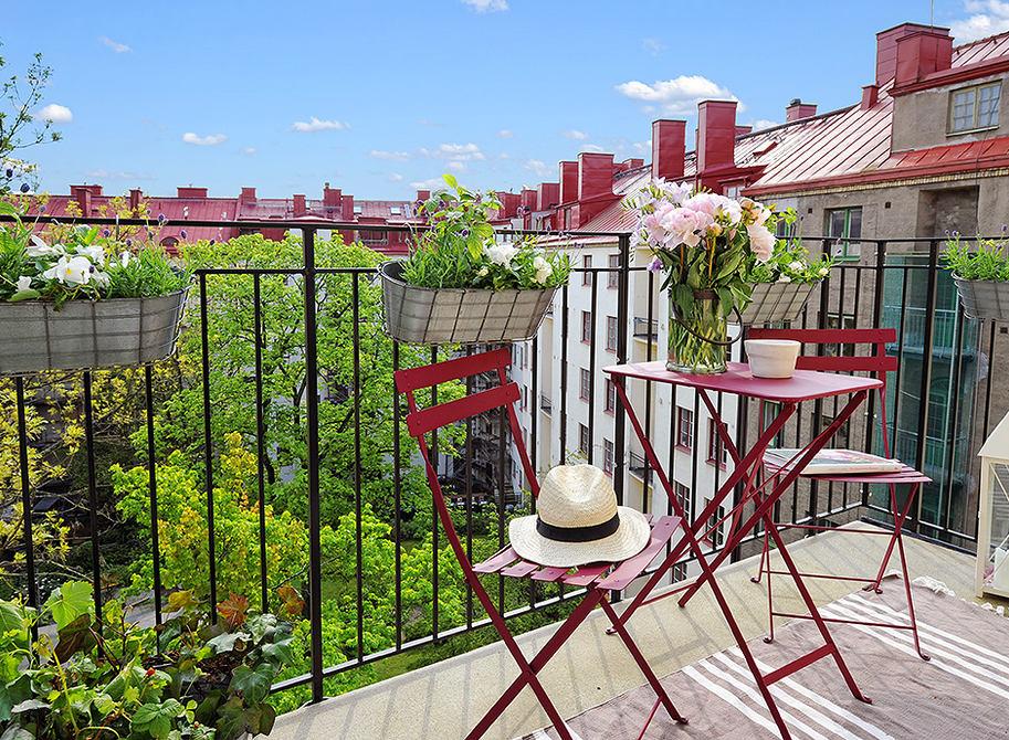 Балкон, веранда, патио в цветах: светло-серый, бордовый, темно-зеленый. Балкон, веранда, патио в .
