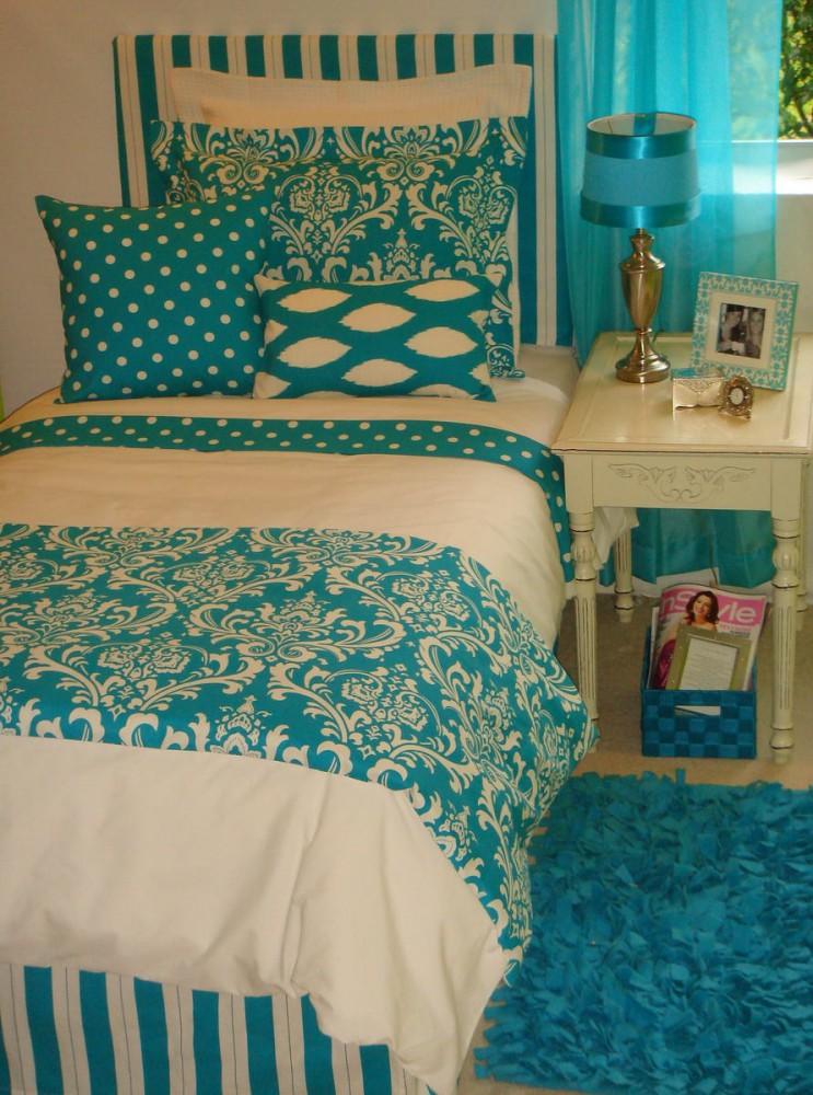 Спальня в цветах: голубой, бирюзовый, белый, сине-зеленый, бежевый. Спальня в .