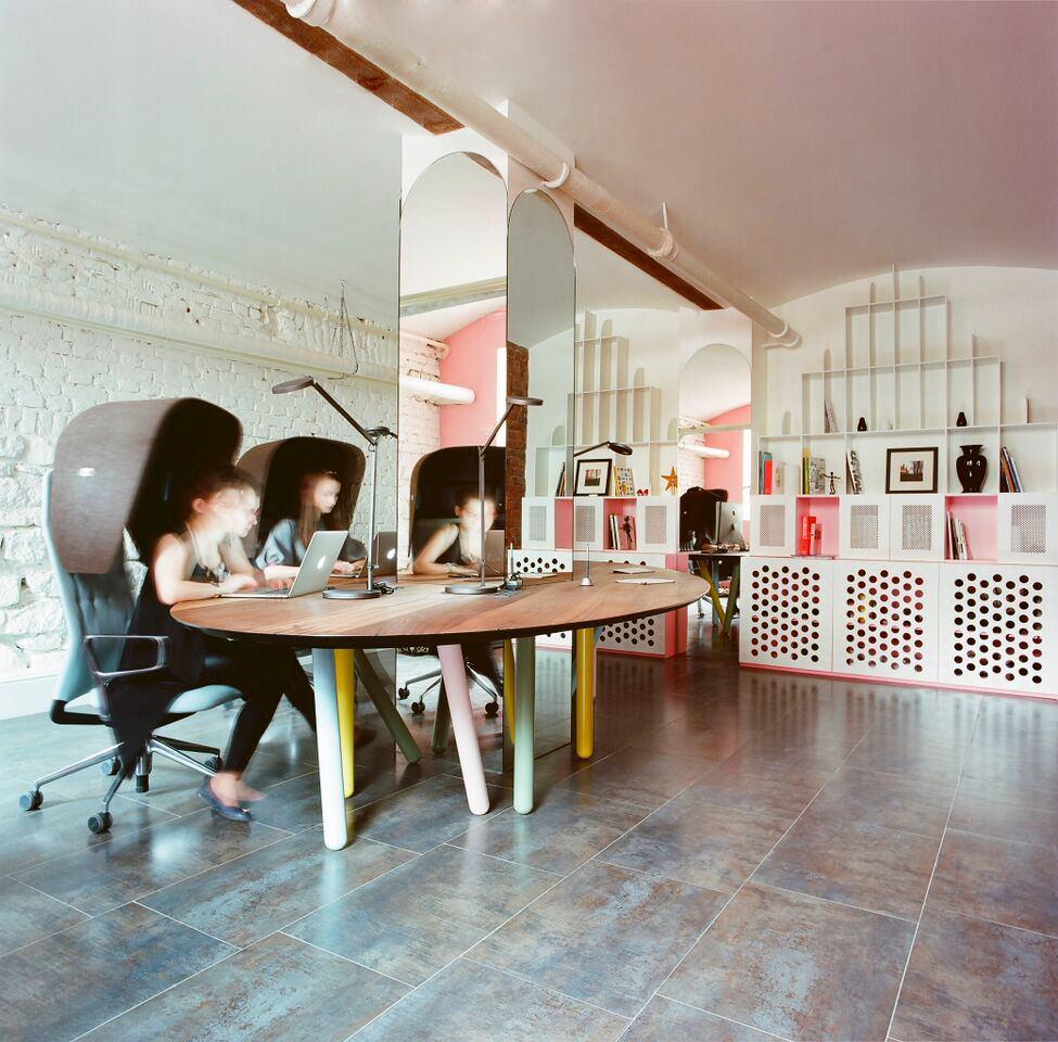 Мебель и предметы интерьера в цветах: черный, серый, белый, бежевый. Мебель и предметы интерьера в стиле эклектика.