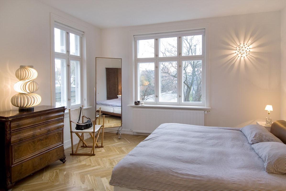 Спальня в цветах: желтый, серый, светло-серый, коричневый, бежевый. Спальня в стиле хай-тек.
