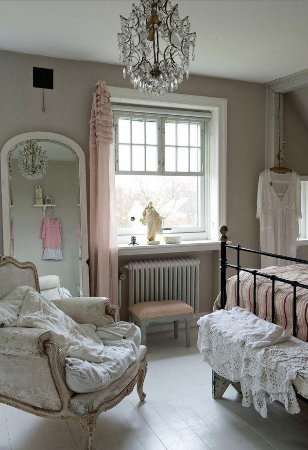 Спальня в цветах: серый, светло-серый, белый, коричневый, бежевый. Спальня в стиле французские стили.