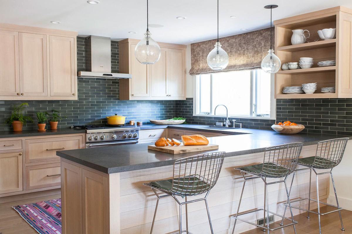 Кухня в цветах: черный, серый, белый, сине-зеленый, коричневый. Кухня в стиле эклектика.