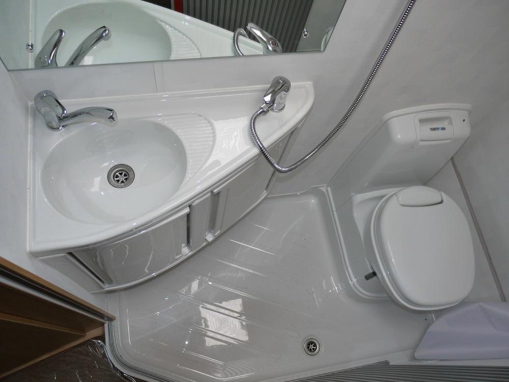 Туалет в цветах: черный, серый, светло-серый, белый. Туалет в .
