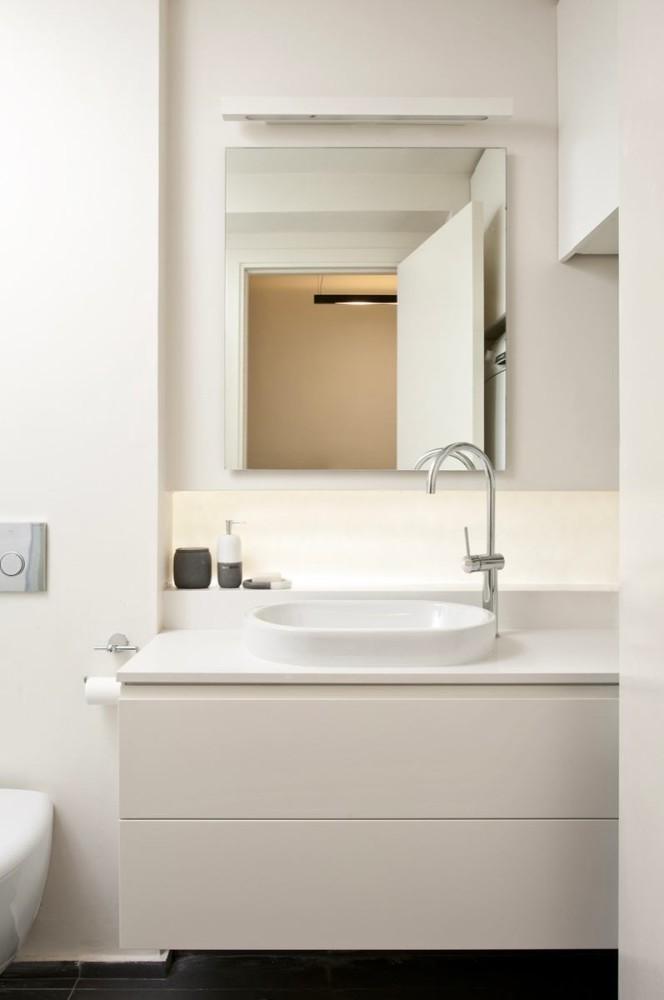 Ванная в цветах: серый, светло-серый, бежевый. Ванная в стиле минимализм.