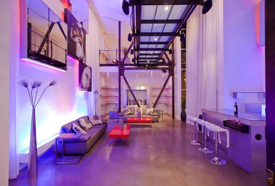 Гостиная, холл в цветах: фиолетовый, сиреневый, темно-коричневый, бежевый. Гостиная, холл в стиле эклектика.
