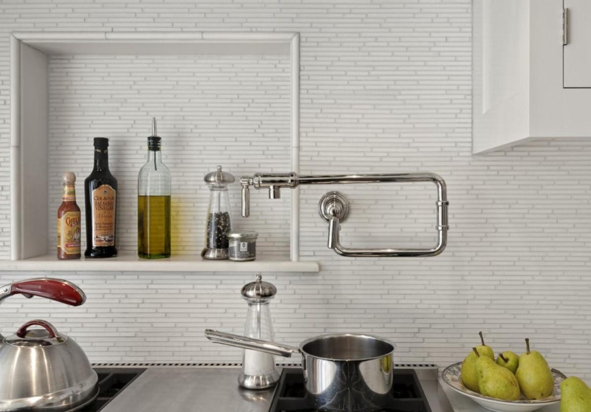 Кухня в цветах: белый, бежевый. Кухня в стиле скандинавский стиль.