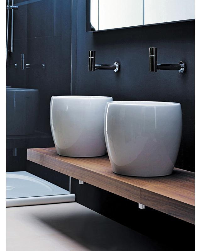 Ванная в цветах: черный, серый, светло-серый, коричневый. Ванная в стилях: минимализм, экологический стиль.