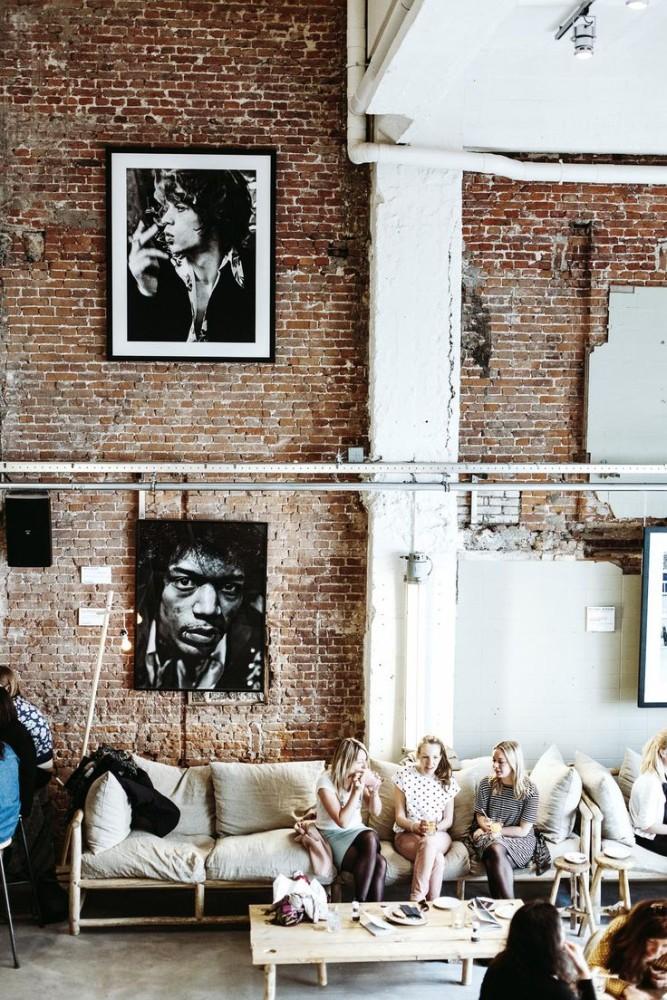 Гостиная в  цветах:   Бежевый, Белый, Светло-серый, Темно-коричневый, Черный.  Гостиная в  стиле:   Лофт.