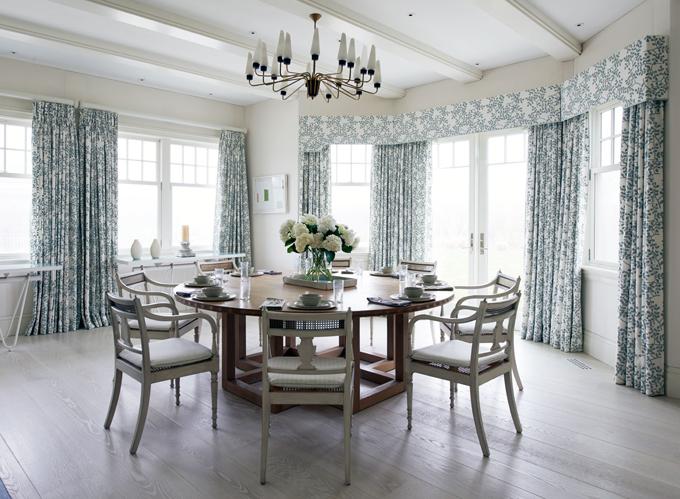 Кухня/столовая в  цветах:   Белый, Светло-серый, Серый.  Кухня/столовая в  стиле:   Кантри.