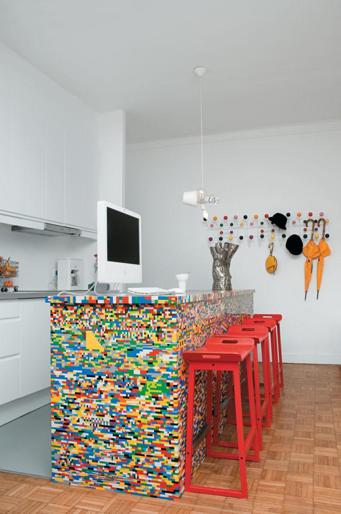 Кухня/столовая в  цветах:   Бежевый, Красный, Светло-серый.  Кухня/столовая в  стиле:   Скандинавский.