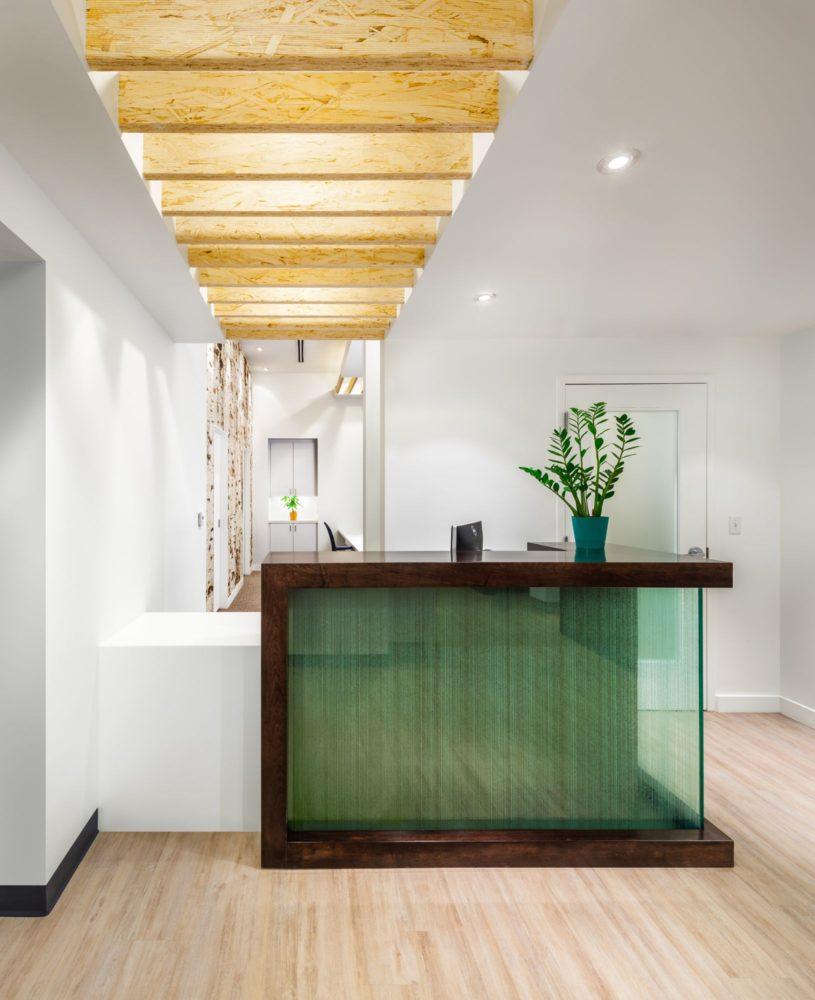 Кухня/столовая в  цветах:   Бежевый, Белый, Желтый, Светло-серый, Темно-зеленый.  Кухня/столовая в  стиле:   Минимализм.