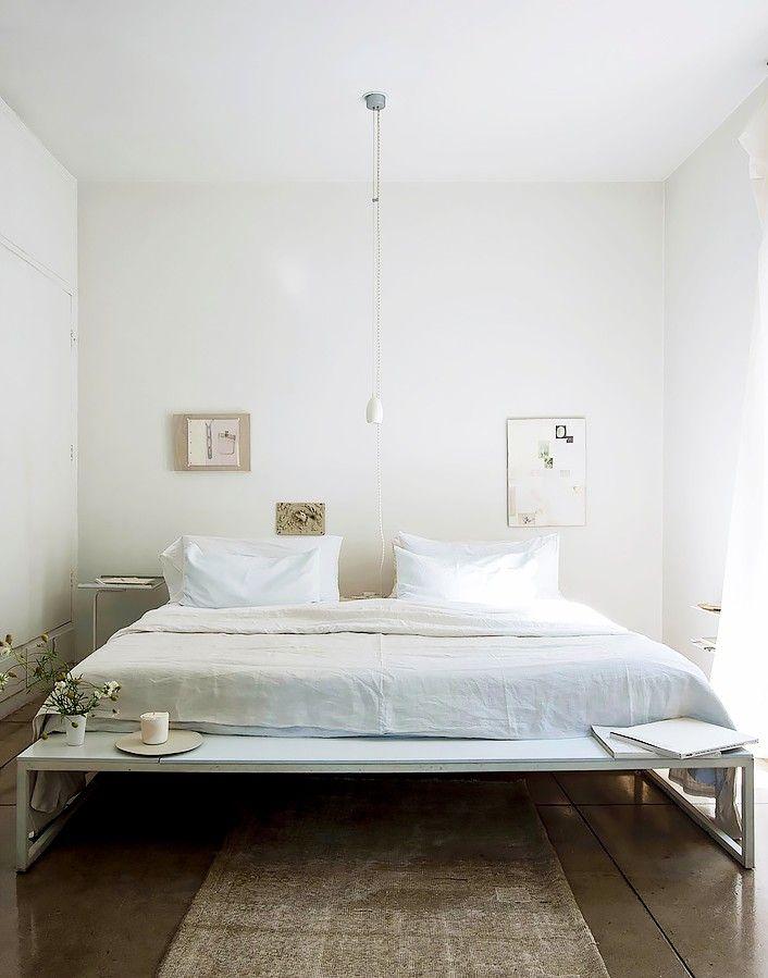 Спальня в  цветах:   Бежевый, Белый, Светло-серый, Темно-коричневый, Черный.  Спальня в  стиле:   Минимализм.