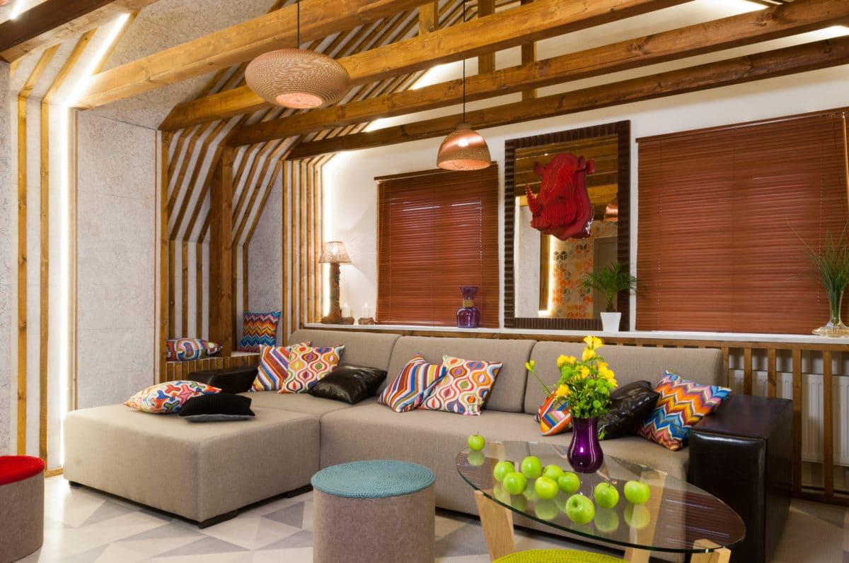 Старая мансарда или яркая гостиная — что выбрать?