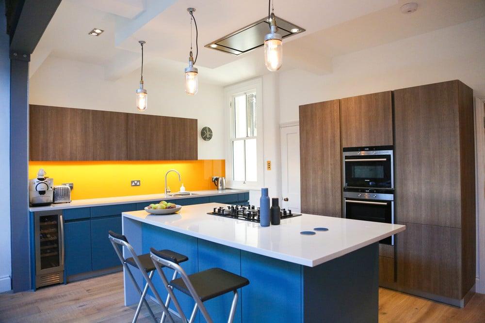 Кухня/столовая в  цветах:   Бежевый, Коричневый, Светло-серый, Серый, Синий.  Кухня/столовая в  стиле:   Минимализм.