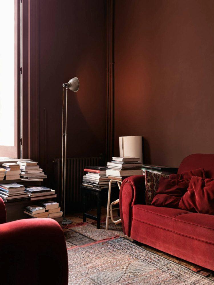 Гостиная в  цветах:   Бордовый, Светло-серый, Темно-коричневый, Черный.  Гостиная в  стиле:   Минимализм.