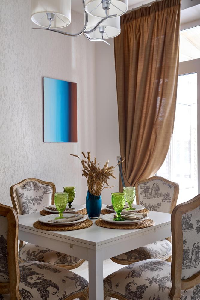 Кухня/столовая в  цветах:   Коричневый, Светло-серый, Темно-коричневый.  Кухня/столовая в  стиле:   Неоклассика.