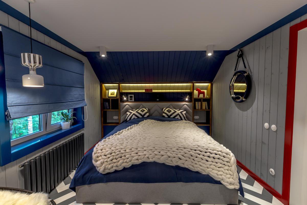Яркая морская мансарда с гостиной и спальней