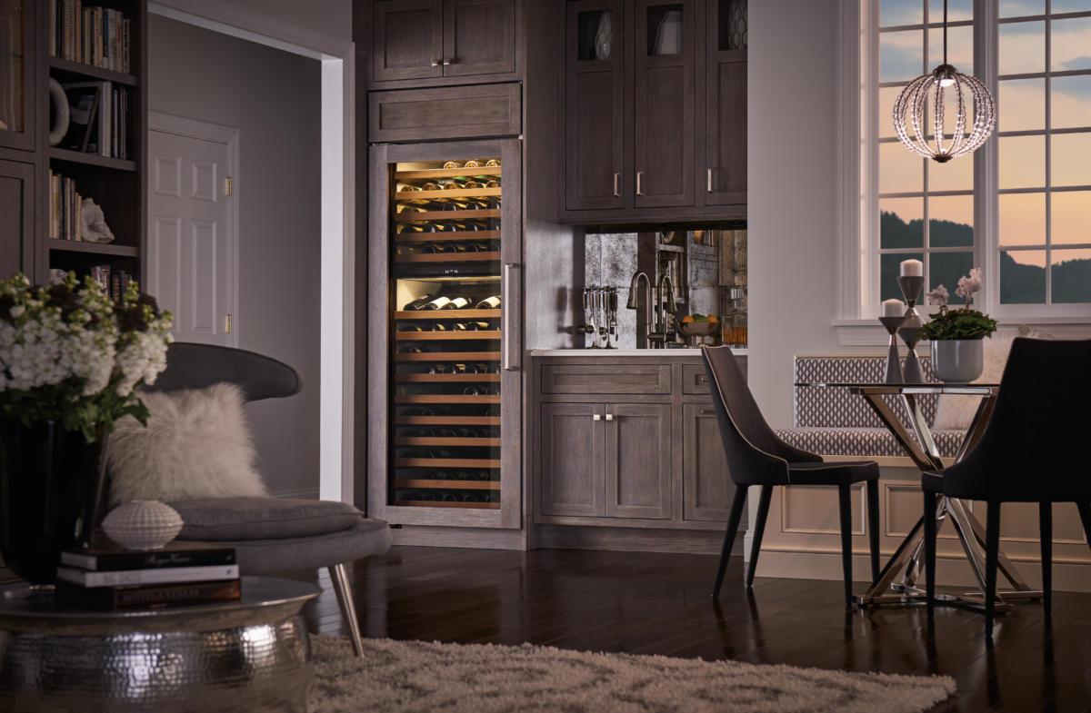 Кухня/столовая в  цветах:   Красный, Оранжевый, Светло-серый, Серый, Темно-коричневый.  Кухня/столовая в  стиле:   Минимализм.