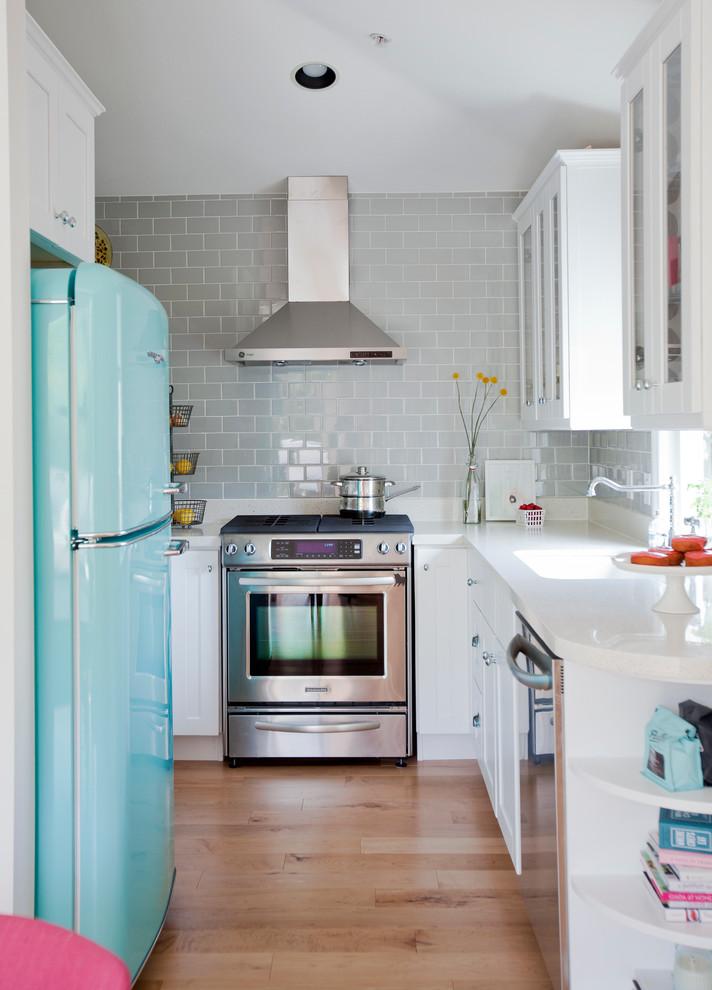 Кухня/столовая в  цветах:   Бирюзовый, Бордовый, Коричневый, Светло-серый, Синий.  Кухня/столовая в  стиле:   Скандинавский.