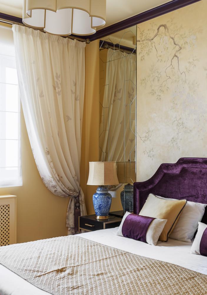 Спальня в  цветах:   Бежевый, Коричневый, Светло-серый, Фиолетовый.  Спальня в  стиле:   Неоклассика.