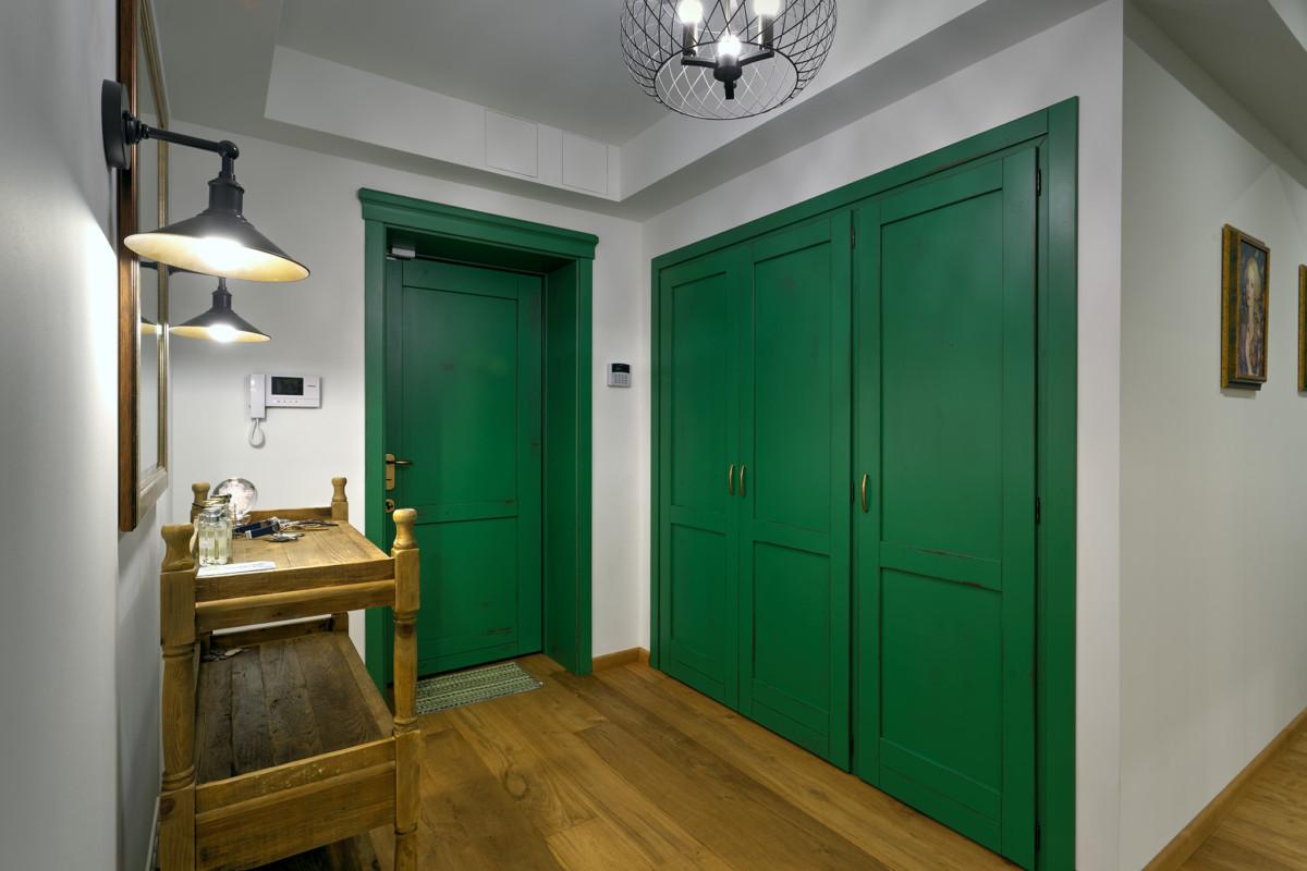 Двери зелёного цвета производства New Design Porte позволили создать необходимые активные цветовые пятна.