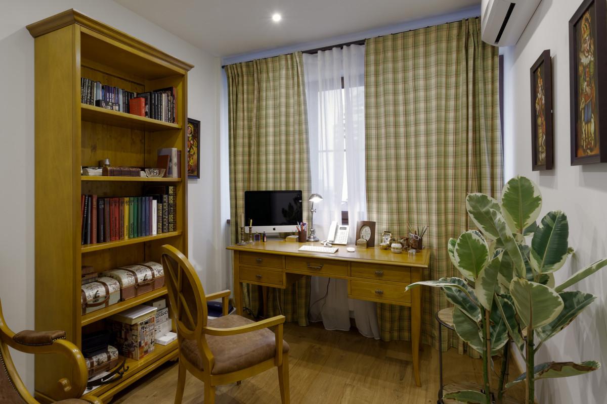 На стенах квартиры картины, отражающие эстетические предпочтения её владельца, а на полках библиотечного шкафа множество старых книг и мелочей.