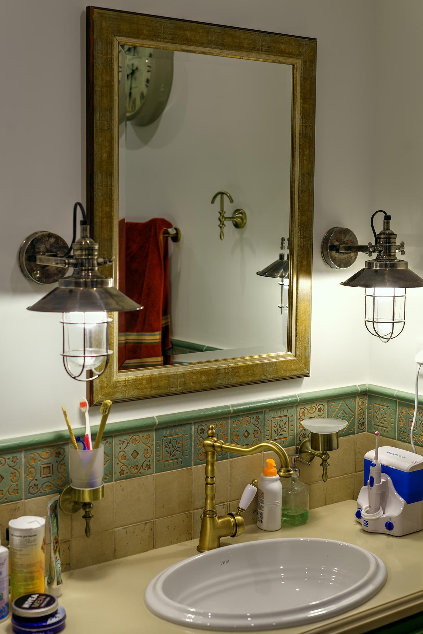 Для туалета индивидуально был разработан и изготовлен комод, по стилю и цвету близкий к дверям.
