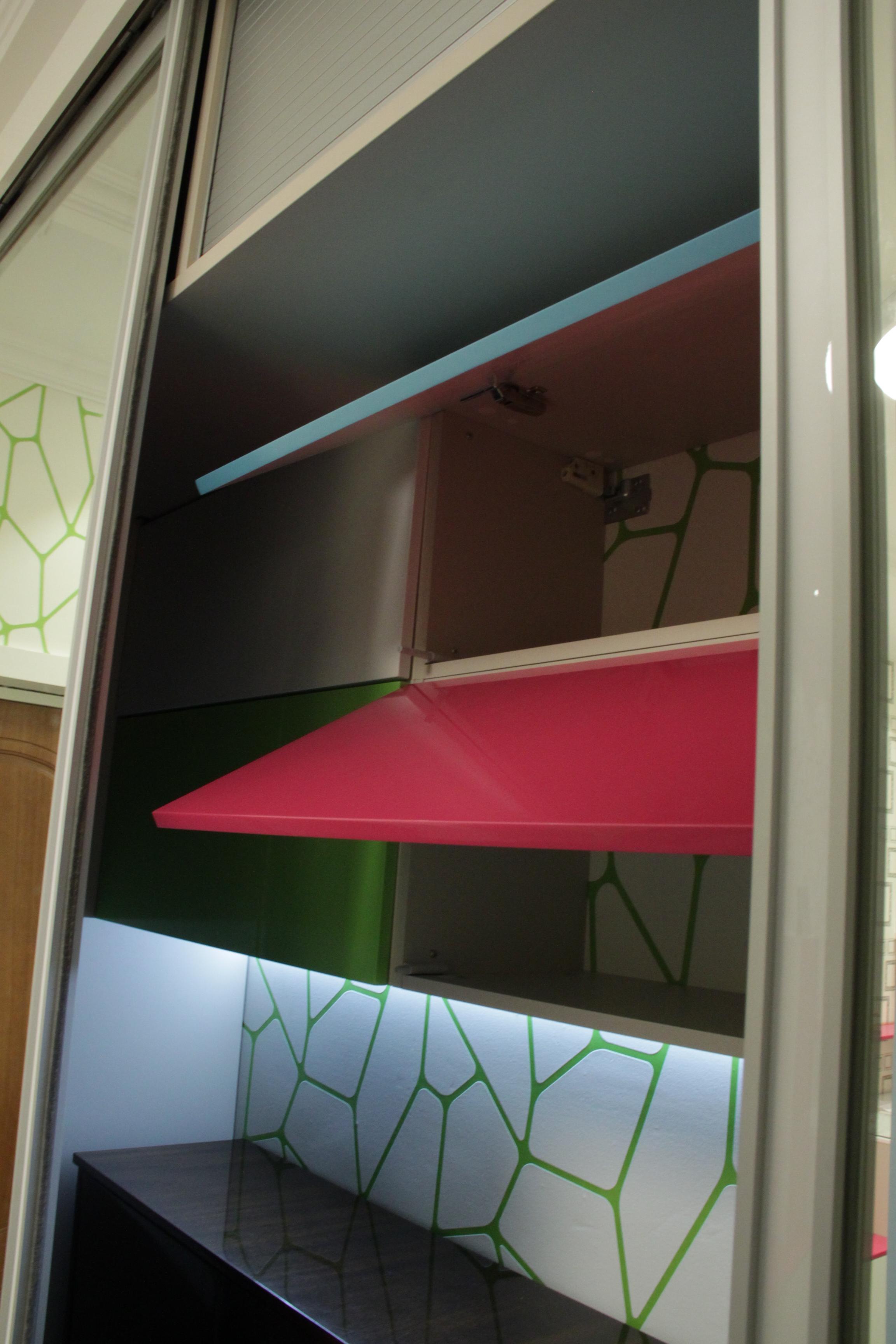 Push-pull механизмы и встроенные верхние жалюзи внутри шкафа. Собственный дизайн и производство.