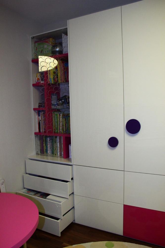Гардеробный шкаф в комнате девочки очень вместителен и удобен. Яркий смелый продуманный дизайн делает мебель отнюдь не громоздкой и даже легкой, несмотря на ее внушительные размеры.