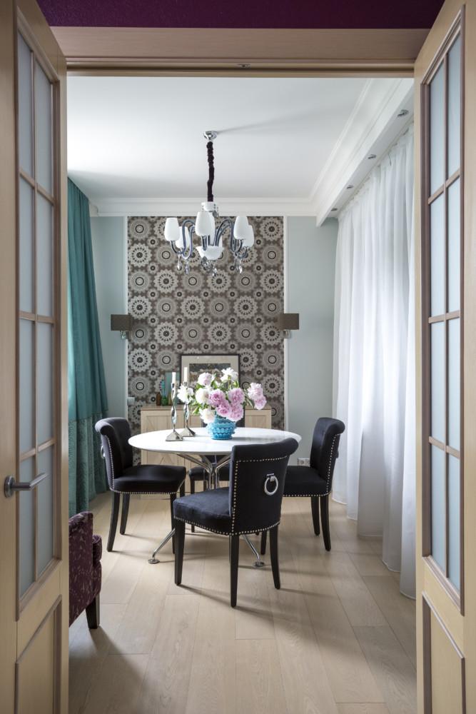 Нестандартно высокие двери (2,3 м) сделаны на заказ по нашим эскизам.
