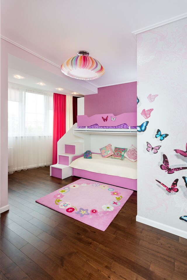 Детская для малышек в нежных тоннах и оттенках розового — фиолетового  счастья с бабочками и цветами.
