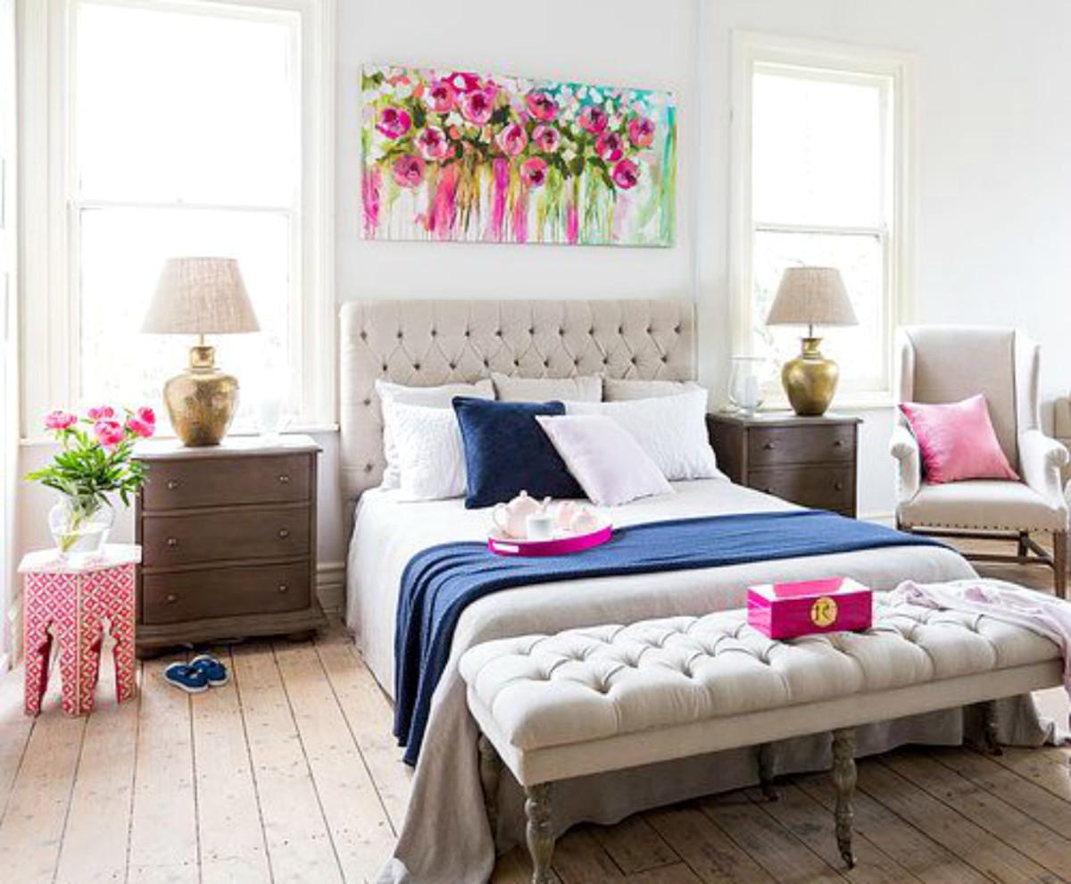 Спальня в  цветах:   Бежевый, Красный, Светло-серый, Серый, Темно-коричневый.  Спальня в  стиле:   Неоклассика.