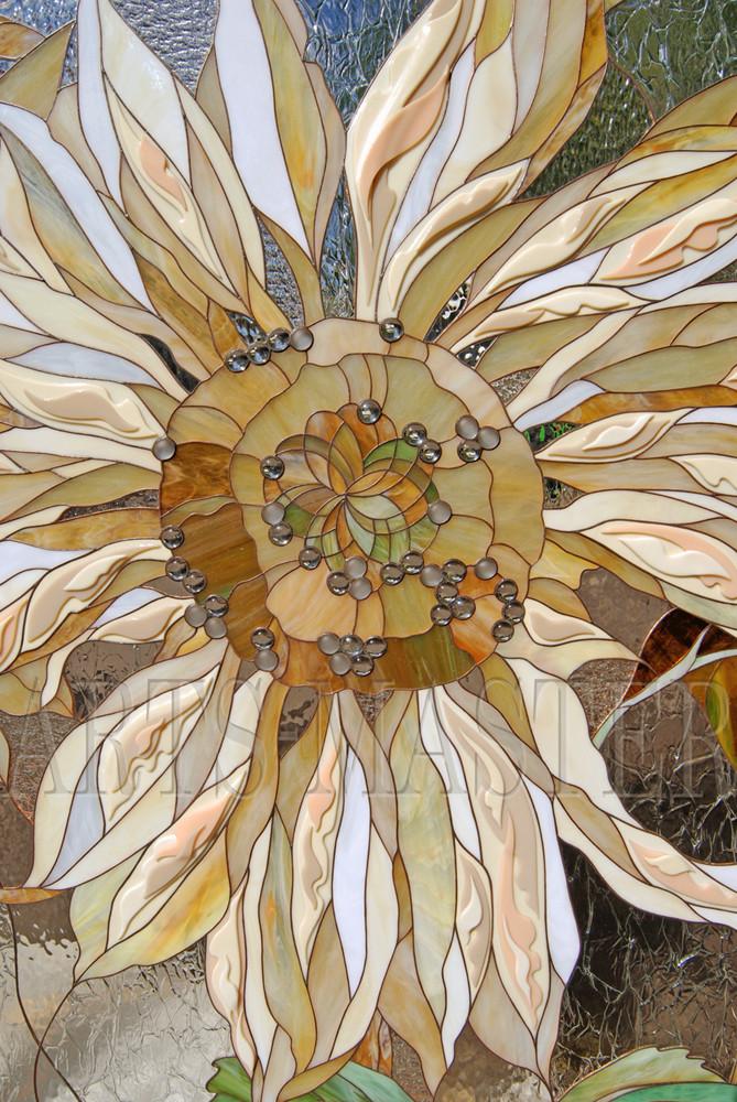 При изготовлении витража для отдельных элементов (лепестков) применялась техника многослойного спекания художественного стекла, что позволило создать объемные элементы и выразительно дополнить плоскостную композицию панно.