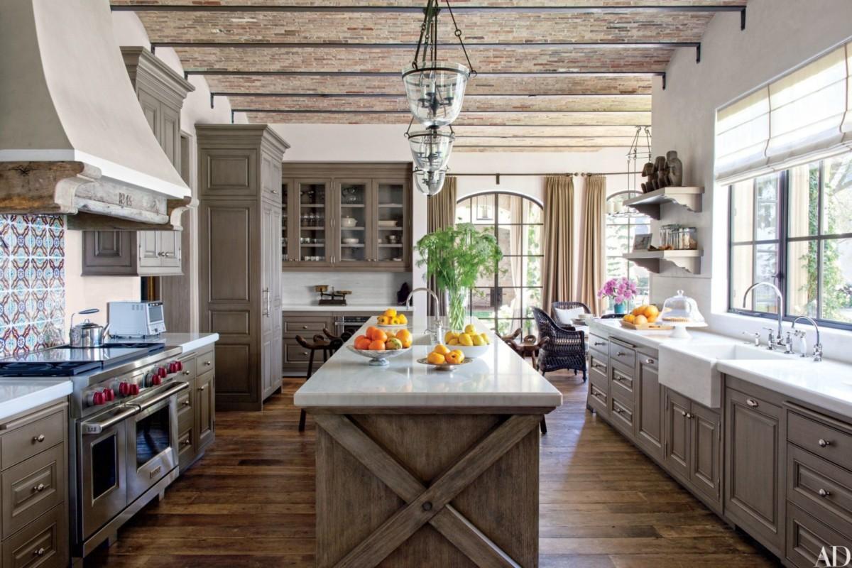 Кухня в загородном доме, на даче и в лофте: 9 лучших вариантов
