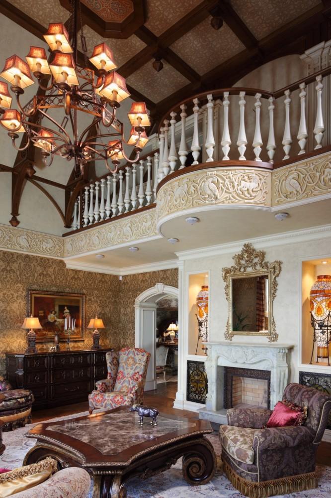 Одно из увлечений заказчика — кельтская культура. Поэтому кельтские мотивы присутствуют в декоре фриза в гостиной. Потолок гостиной, кстати, также украшен росписью, воспроизводящей стилизованные кельтские орнаменты.