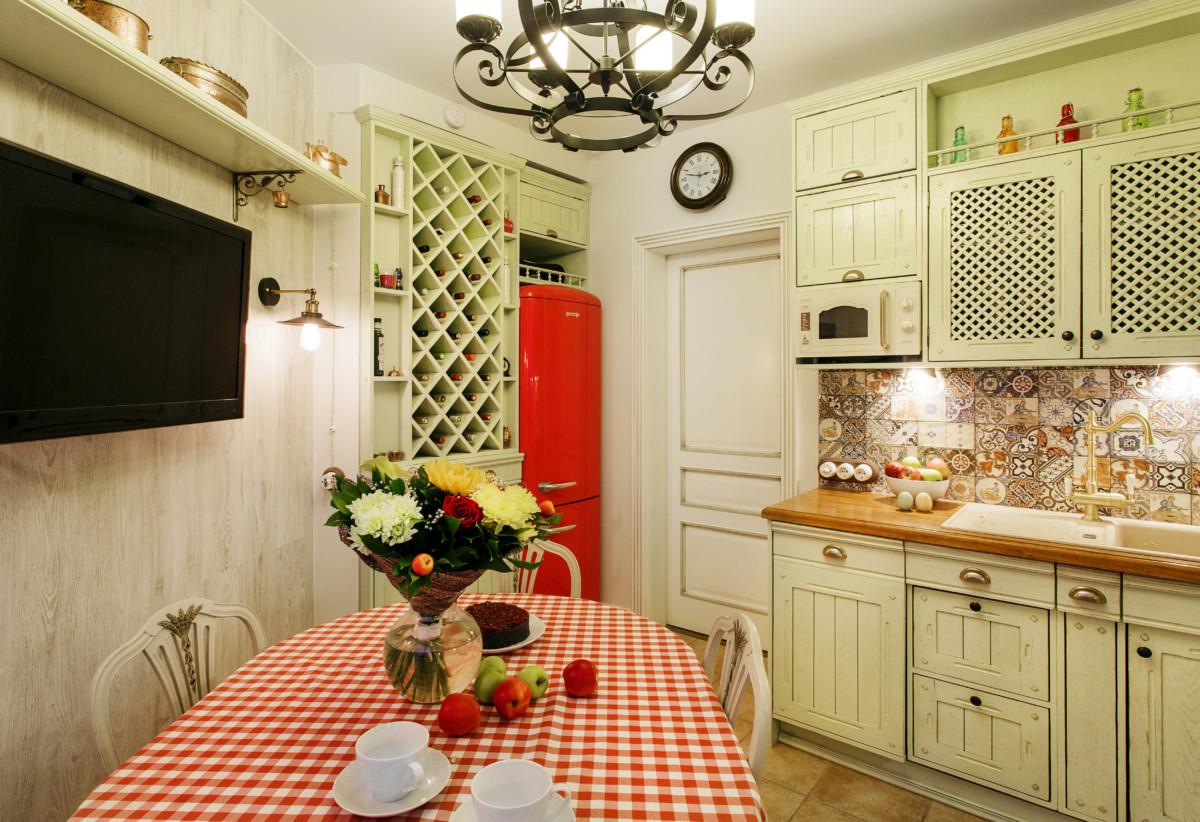 Кухня/столовая в  цветах:   Бежевый, Бордовый, Темно-коричневый.  Кухня/столовая в  стиле:   Неоклассика.