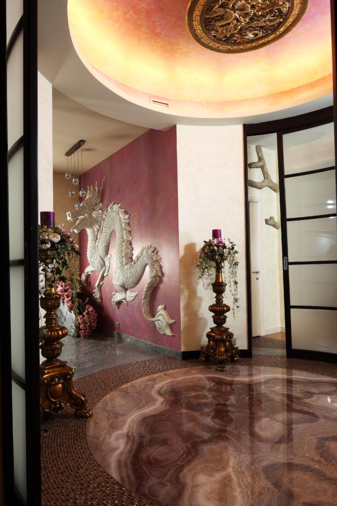 Несущие колонны в гостиной и холле оплетены весьма реалистичными лианами, вылепленными из архитектурного бетона.