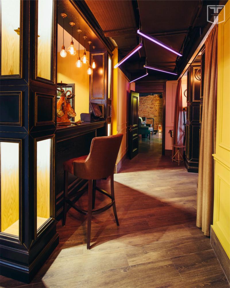 Основной зал ресторана. В интерьере использованы экзотические элементы, привезённые из разных стран.
